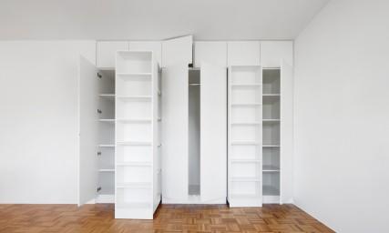 Einbauschrank mit Bücherregale modern in weiß - angefertigt bei Held in Freising bei München